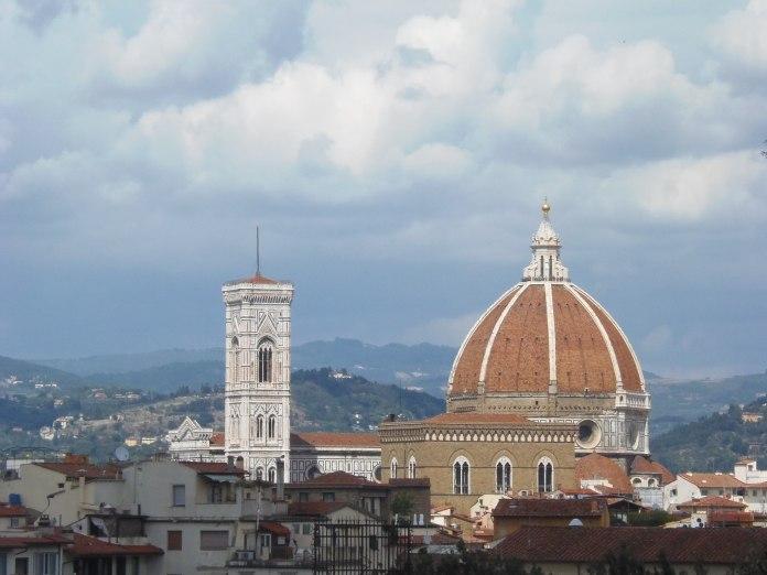 Le campanile et la coupole du Duomo s'inscrivent dans le paysage où que l'on soit.