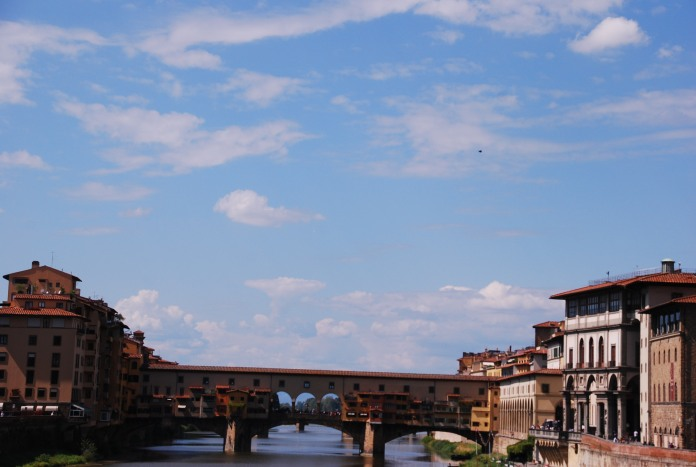 Le Ponte Vecchio avec ses bijouteries et le Corridor Vasariano qu'il supporte fait partie des curiosités de Florence.