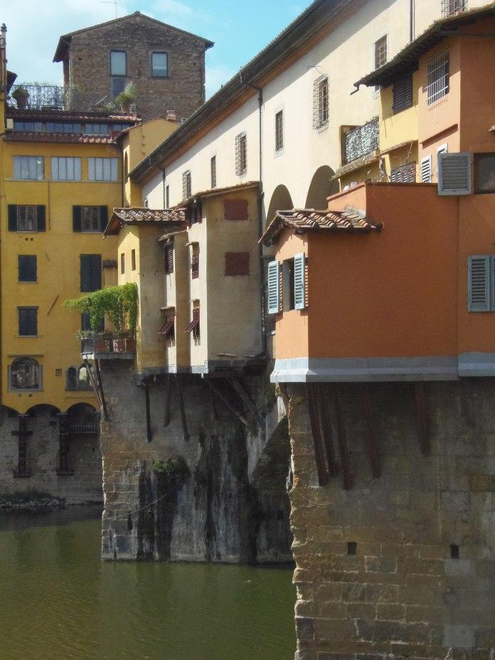 Le Corridorio Vasariano passe sur le Ponte Vecchio.