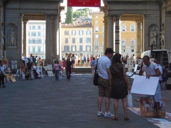 Portraitistes installés entre les deux ailes de la Galeria degli Uffizi.