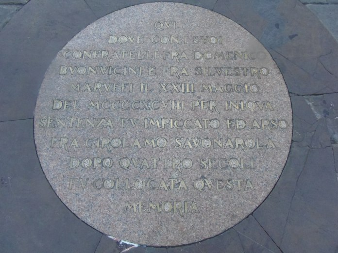 Plaque posée à l'endroit où Savonarole fut brûlé.