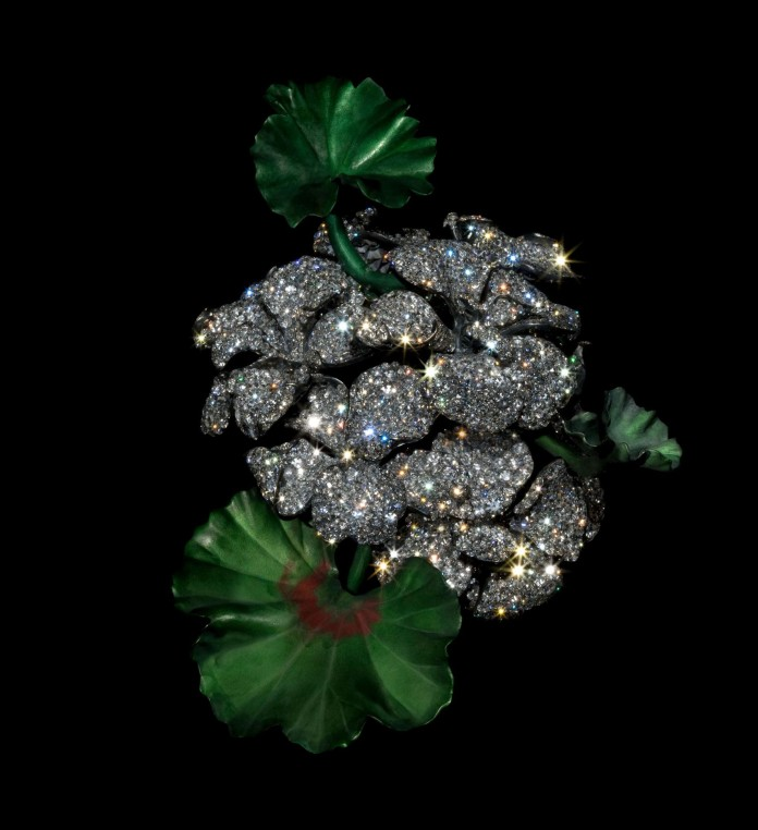 Broche géranium en diamants, aluminium, argent et or (2007). Collection privée. Photo Jozsef Tari, courtesy of JAR, Metropolitan Museum of Art.