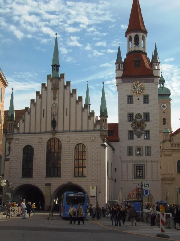 Le Altes Rathaus, ou Ancien Hôtel de Ville, borde l'un des côtés de la Marienplatz.