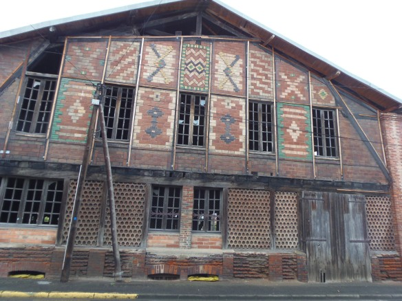 """La façade arrière de """"l'usine rouge"""" mélange motifs en briques vernissées et panneaux en briques nid d'abeille."""