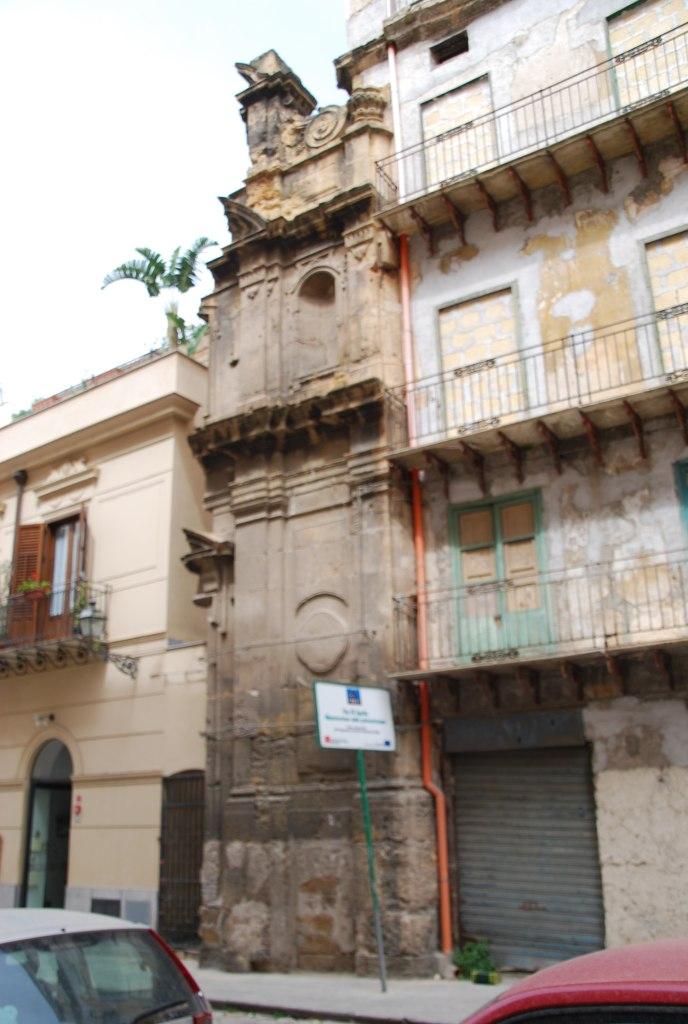 Dans le coeur historique de Palerme, seul ce bout de palais, coincé entre deux immeubles plus récents, a échappé à la destruction.