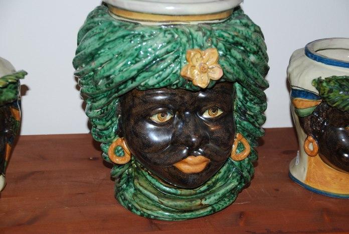 Vase en céramique en forme de visage de la Casa Merlo.