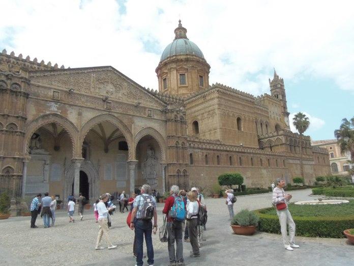 Façade mouvementée de la cathédrale de Palerme.