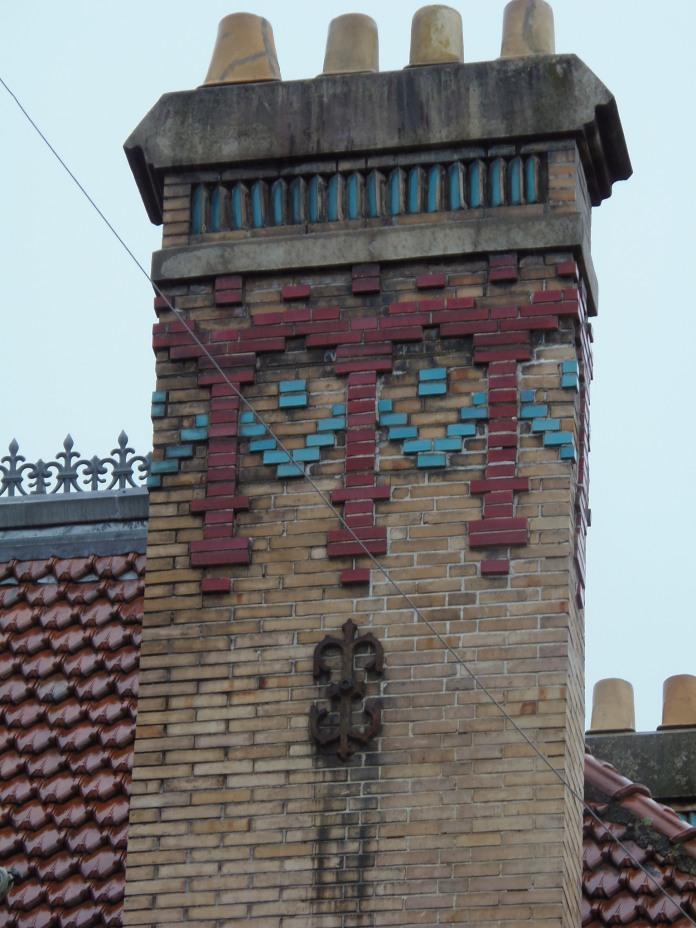 Les cheminées de la villa Oustau sont décorées d'éléments en céramique.