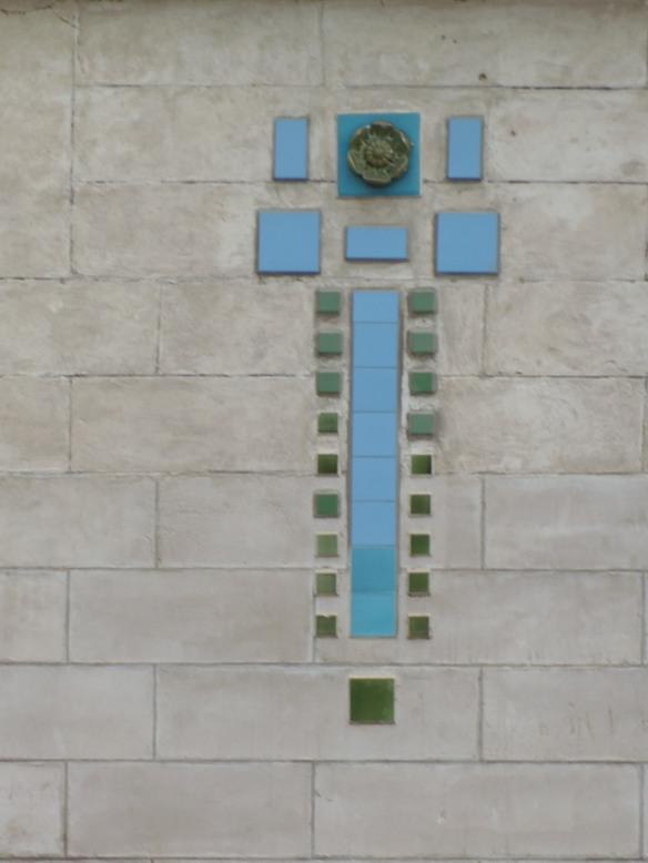 Motif en céramique ponctuant les murs de la villa Oustau.
