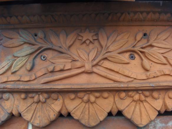 Les détails décoratifs des bâtiments avaient été soignés. Ici, il s'agit d'un motif en terre cuite qui souligne le bord de la toiture de la conciergerie.