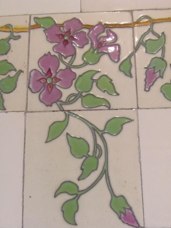 Détail de la frise fleurie de l'ancienne salle de bains.