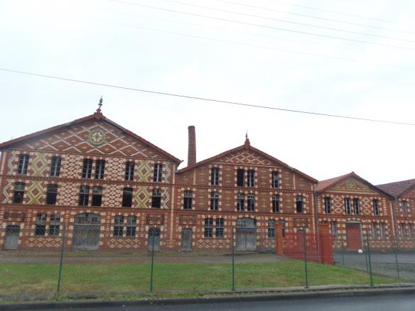 Enfilade des bâtiments de la façade de l'usine Oustau