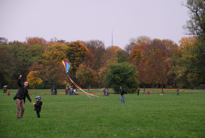 Les familles viennent s'exercer à faire planer des cerfs-volants au Englischer Garten.