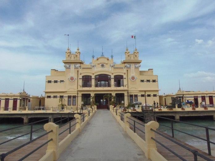 L'établissement de bains de Mondello est accessible par une passerelle qui enjambe la plage.