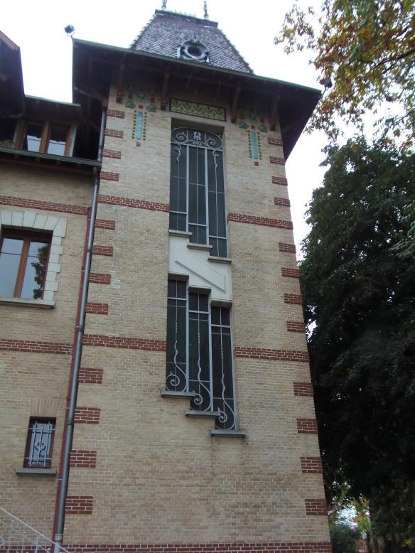 Les ouvertures vitrées de la cage d'escalier sont protégées par d'élégantes grilles en fer forgé.