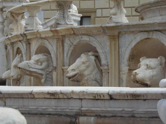 Des têtes d'animaux sculptés constituent la base de la Fontana della Vergogna, à admirer une à une.