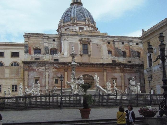 La monumentale Fontana della Vergogna se détache sur fond d'un palais qui a connu des jours meilleurs.