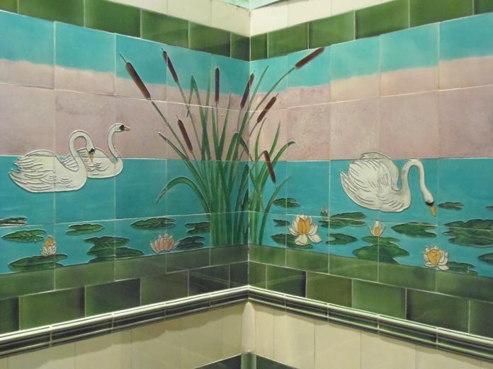 Les murs d'une petite pièce, derrière le hall d'entrée, sont décorées par des panneaux en céramique représentant des cygnes flottant entre nénuphars et roseaux.