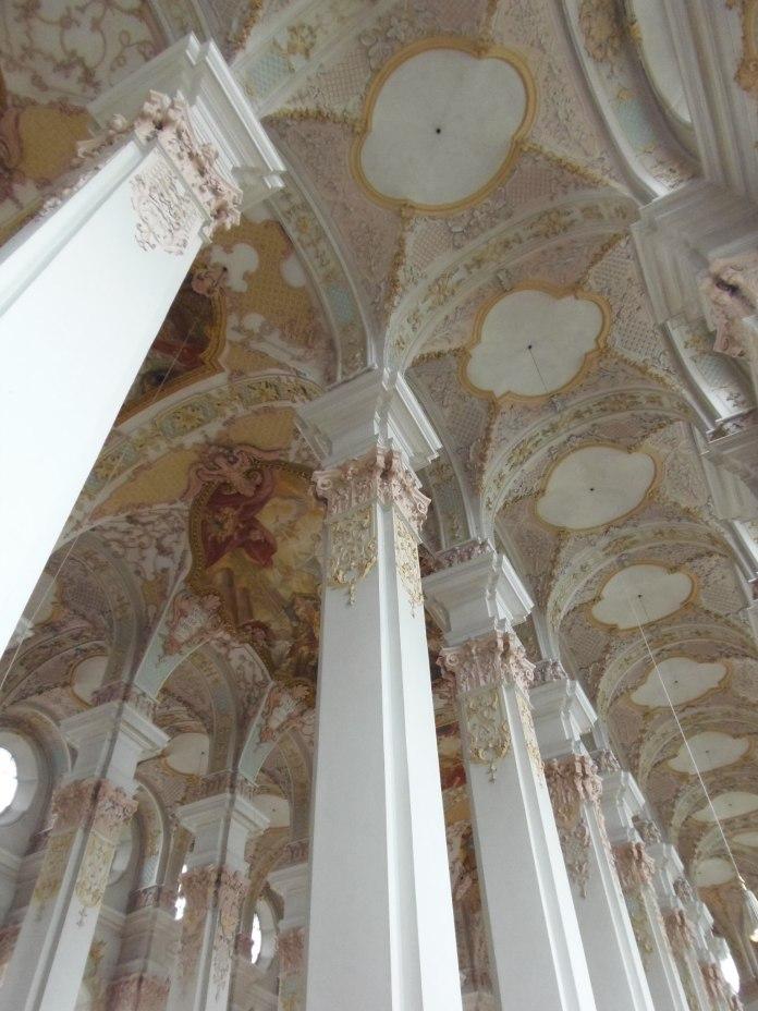 Les frères Asam ont habillé les piliers de la Heiliggeistkirche de tons très doux.