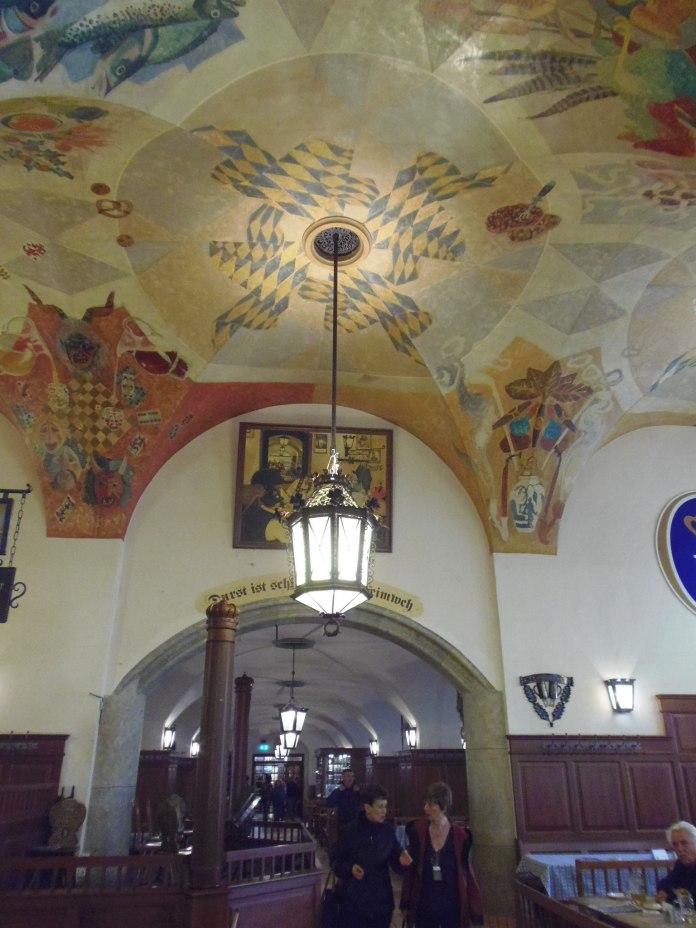 Hofbräuhaus n'est pas seulement le temple de la bière, on y sert aussi une nourriture qui tient au corps.