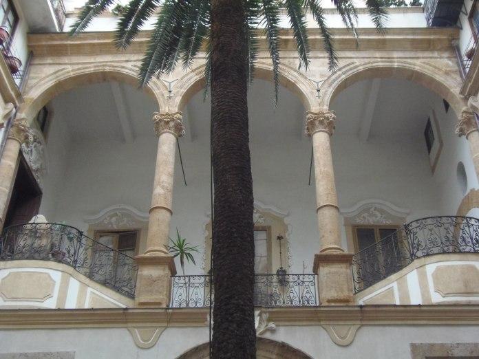 Ce palais palermitain fait partie des immeubles qui ont conservé leur faste d'antan.