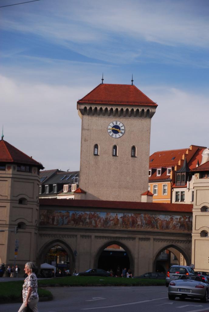 Vue de l'Isartor, en venant de l'Isar. C'est l'une de trois tours qui restent du dispositif de protection de Munich.