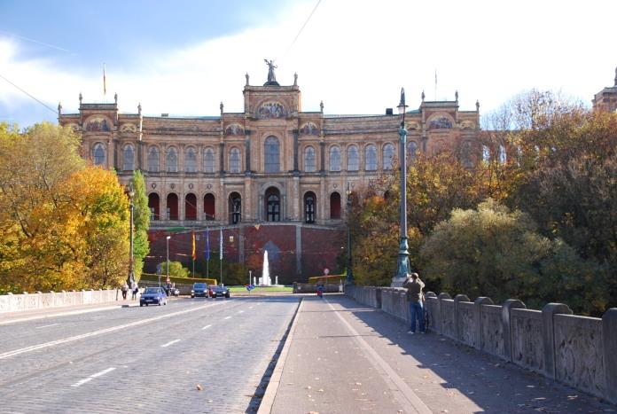 Le Maximilianeum clôt majestueusement la Maximilianstrasse.