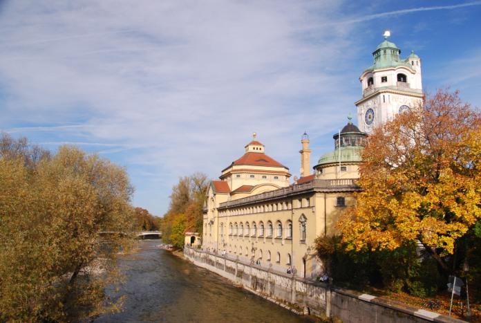 Les Müller'sches Volksbad ont été construits le long de l'Isar.