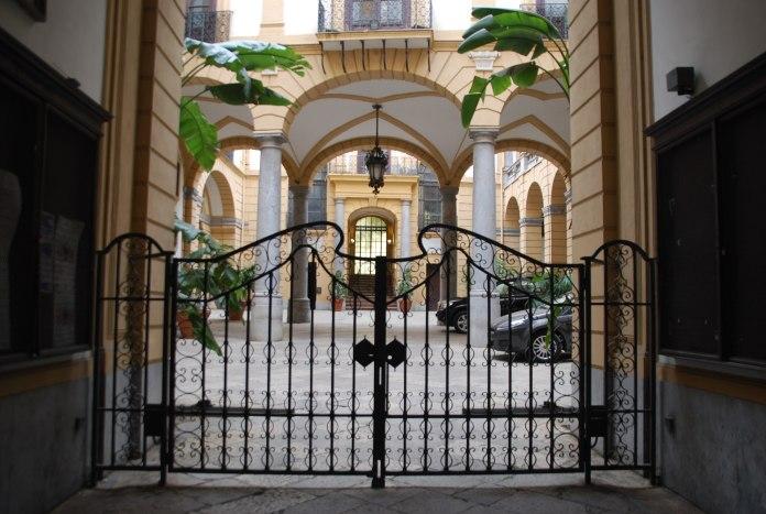 Un portail en fer forgé protège l'entrée du Palais Comitini.