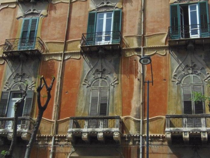 Les décors Liberty du Palazzo Dato ressortent sur un fond ocre.