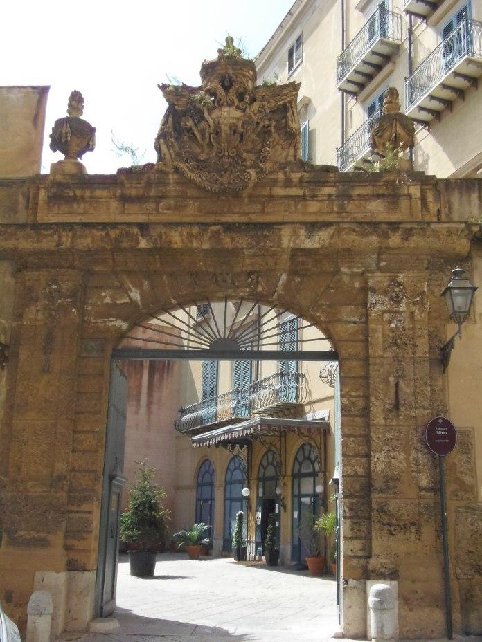 Derrière ce portail majestueux, le Palazzo Mirto renvoie aux grandes heures de Palerme.