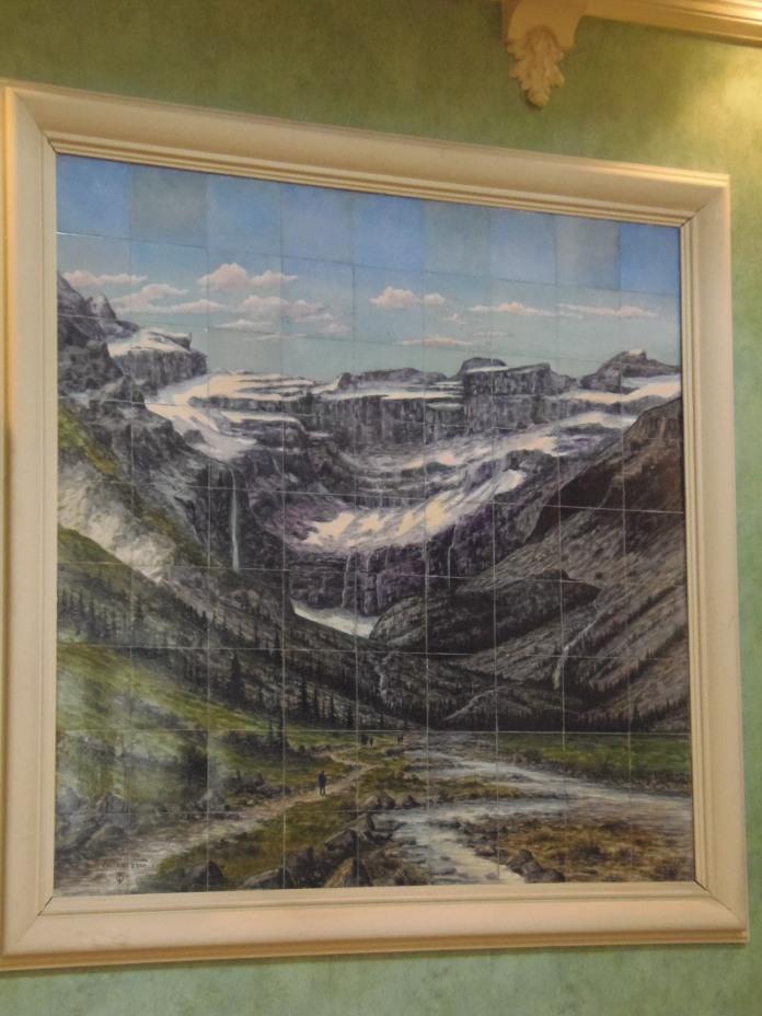 L'un des quatre tableaux en céramique de Lucien Jules Gros, dans l'entrée, représentant un site des Pyrénées.