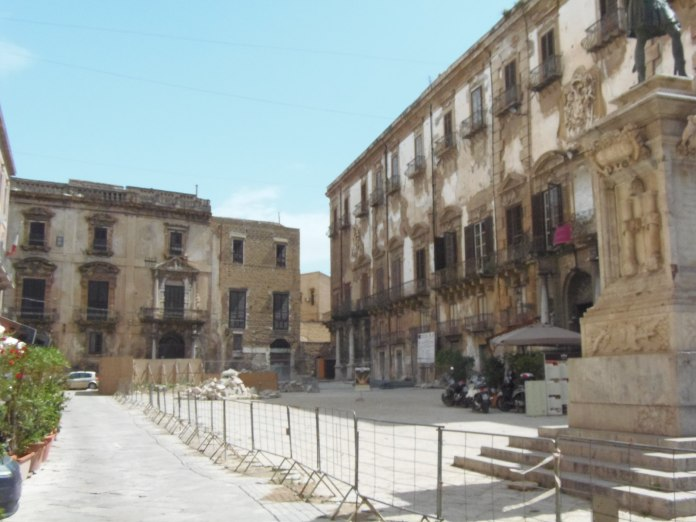 Ces immeubles décatis sont caractéristiques d'un certain abandon du patrimoine palermitain.