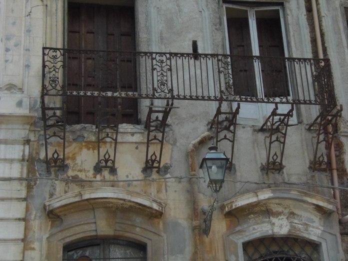 """Ces balcons qui ont perdu """"leur sol"""" ne sont pas les seuls à Palerme, dans cet état."""