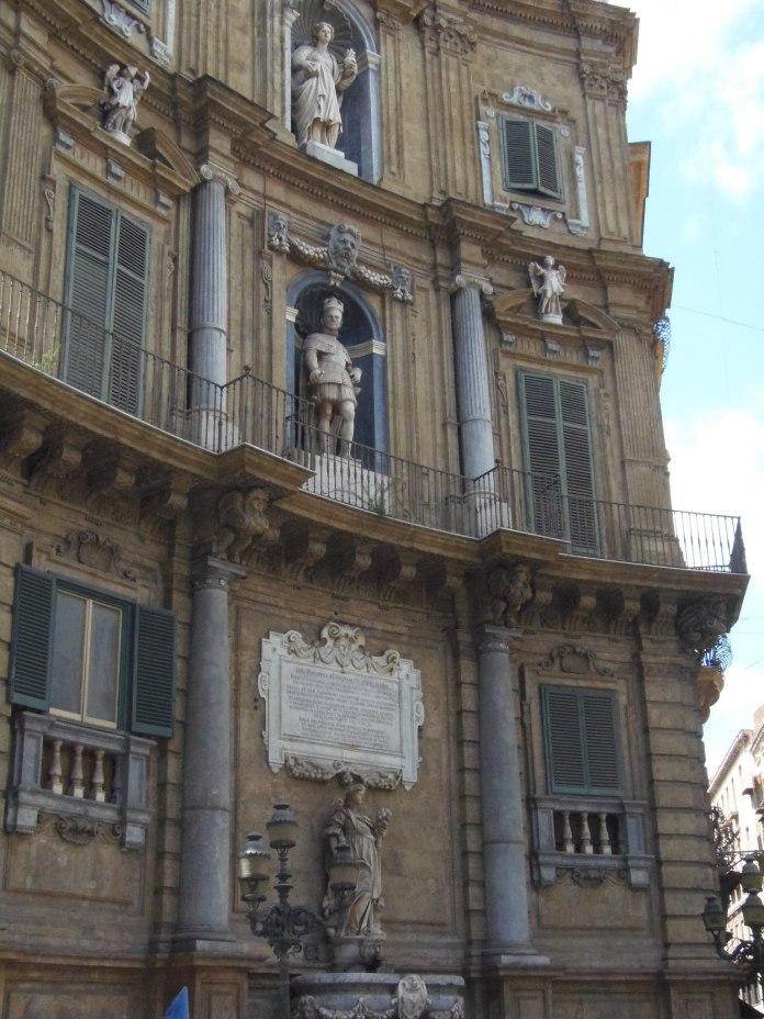 L'un des quatre immeubles aux façades très ornées du Quattro Canti.