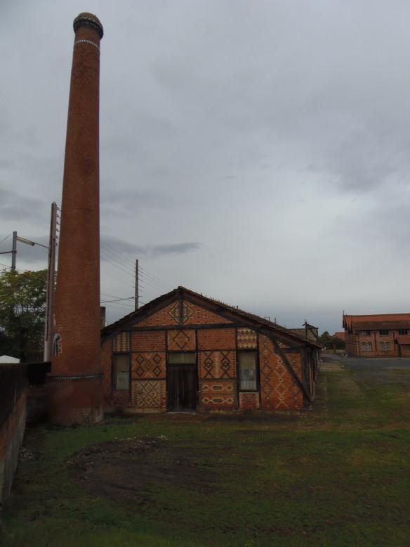 Ce n'est pas un problème de photo, cette cheminée est bien penchée.