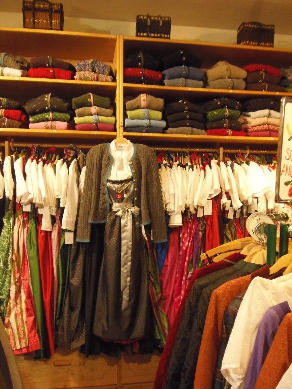 Des vêtements traditionnels pour femme uniquement chez Tracht & Mode.