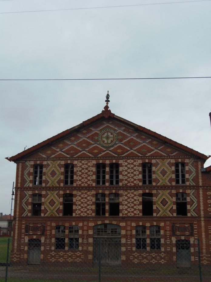 """Travail soigné d'assemblage de briques vernissées de l'un des trois bâtiments de """"l'usine rouge""""."""