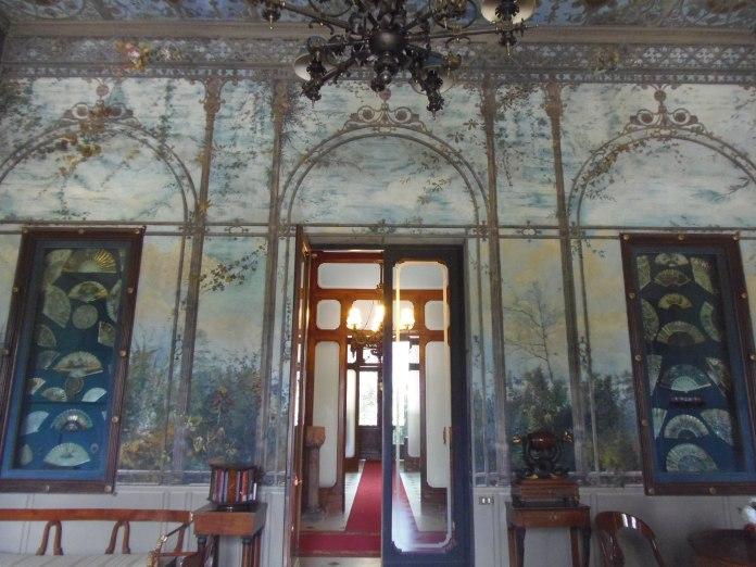 Collection d'éventails dans cette pièce en trompe-l'oeil de la Villa Malfitano.