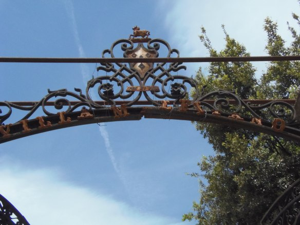 A fixer d'urgence, les lettres sur le portail de la Villa Malfitano sont en train de tomber.
