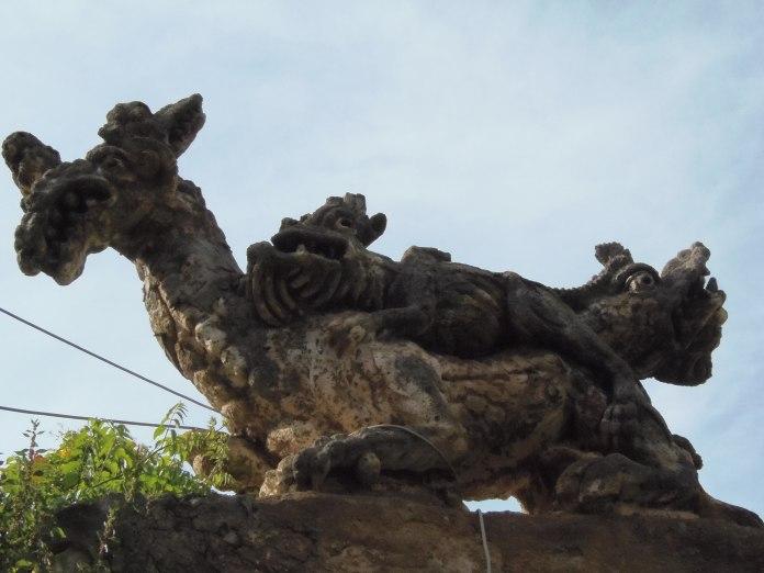 Enchevêtrement de monstres sur le mur de la Villa Palagonia.
