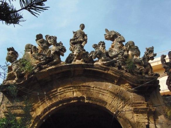 Groupe de personnages surmontant l'une des portes du jardin de la Villa Palagonia.