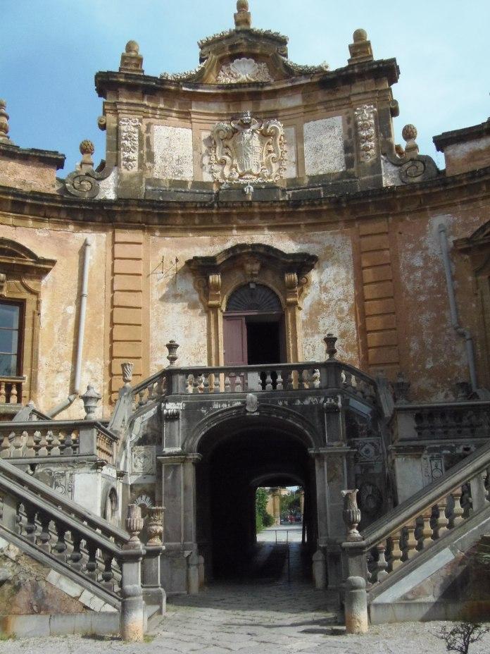 Cet escalier à double volée conduit à la grande salle aux miroirs de la Villa Palagonia.