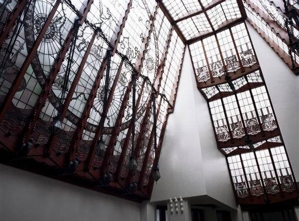 Ferronneries travaillées soutenant les vitraux de la cage d'escalier de l'Hôtel Amrâth à Amsterdam. Crédit photo Hôtel Amrâth.