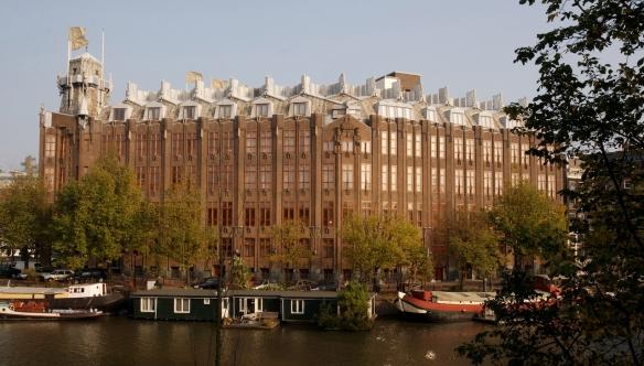 Tel un vaisseau amiral, l'Hôtel Amrâth à Amsterdam se dresse en bord de quai. Crédit photo Hôtel Amrâth.