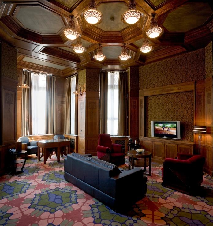 Caissons au plafond, boiseries aux murs et épais tapis, ce salon de l'Hôtel Amrâth à Amsterdam a conservé une décoration en harmonie avec le bâtiment. Crédit photo Hôtel Amrâth.