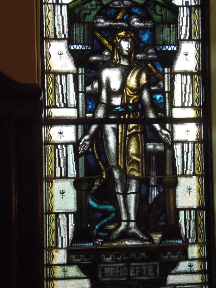 La cage d'escalier des Archives municipales d'Amsterdam, côté façade, est habillée de vitraux.