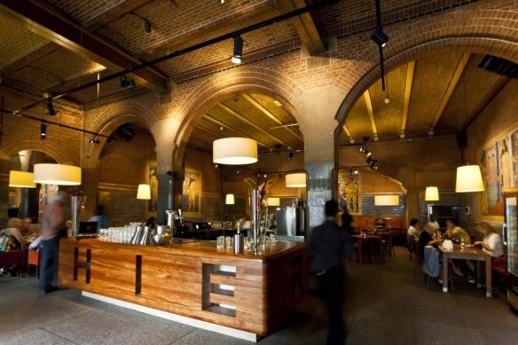 Avant ou après la visite de la Beurs van Berlage d'Amsterdam, on peut s'arrêter à son café. Crédit photo Beurs van Berlage.