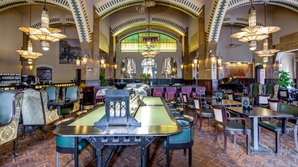 La table de lecture est installée au centre du Café Américain d'Amsterdam. Crédit photo Café Américain.