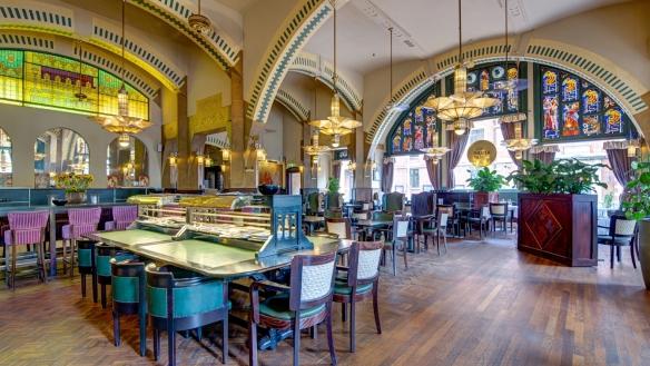Vitraux et arche de la décoration Art Nouveau du Café Américain d'Amsterdam. Crédit photo Café Américain.